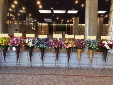 上半期振り返り① 年初めに東京文化会館へ沢山のお色違いコーンスタンド花をお届けしました。 素敵な空間演出にもなりました。